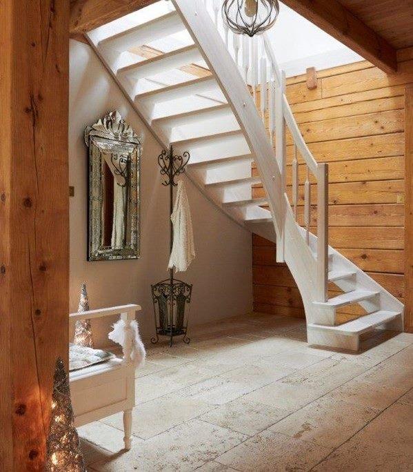 Białe drewniane schody